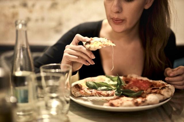 jedzenie pizzy zgodnie z savoir vivre