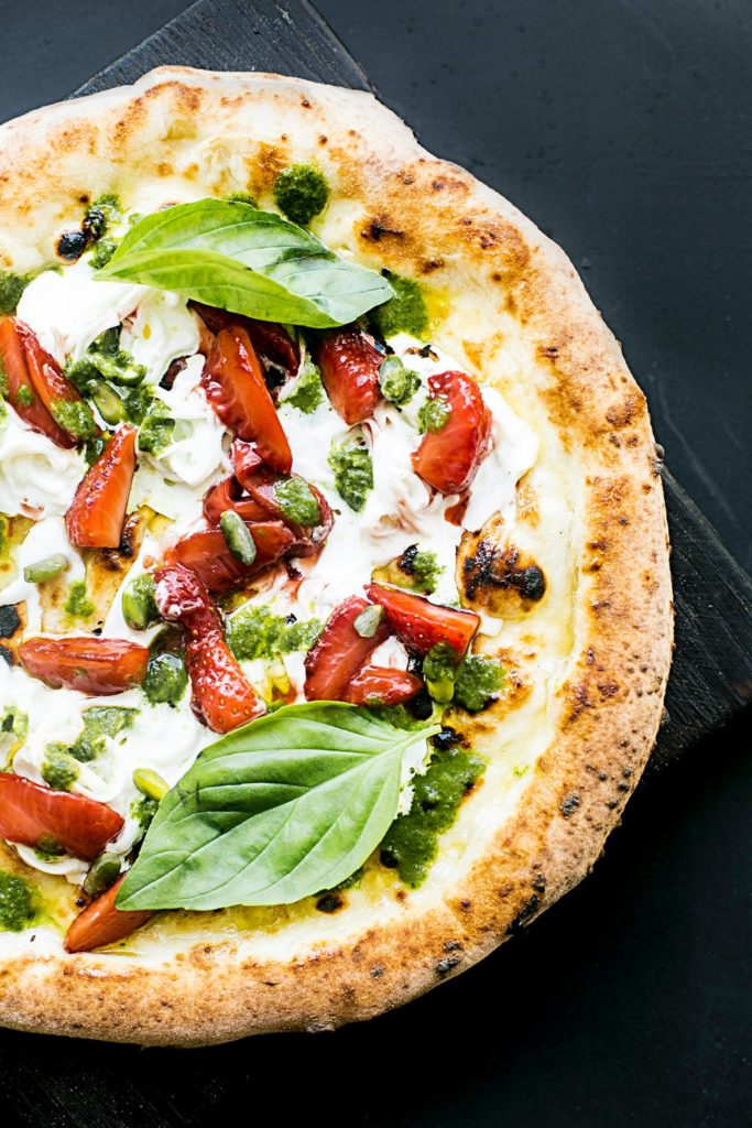 Pizza z owocowymi dodatkami