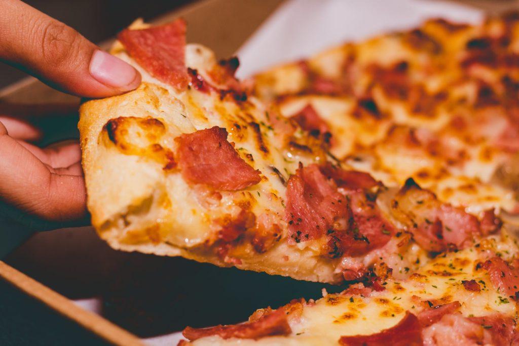 Skąd pochodzi pizza hawajska?